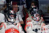 图文:F1巴西大奖赛正赛 迈凯轮技师紧张看比赛