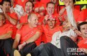 图文:F1巴西大奖赛正赛 迈凯轮车队一起庆祝
