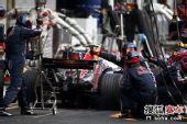 图文:F1巴西大奖赛正赛 韦伯在维修站