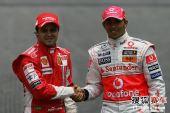 图文:F1巴西大奖赛正赛 马萨小汉友好握手