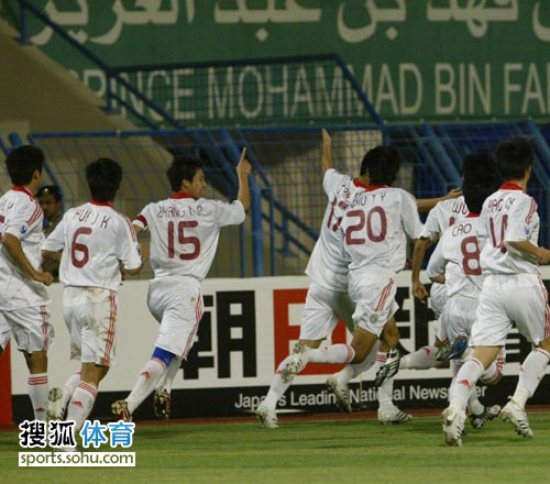 图文:[亚青赛]中国3-1黎巴嫩 庆祝扳平比分