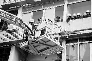 消防官兵用救生绳套住女子,然后出动云梯将其救下。