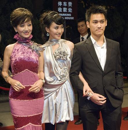 赵雅芝(左)与儿子黄光业(右)