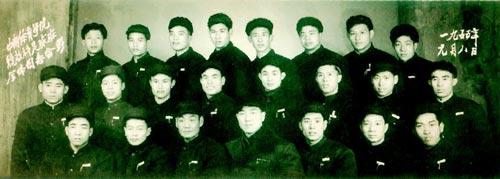 1955年,中南队全体队员进入中南体育学院(武汉体院前身)学习。前排右一为龙仕君,中排左四为郭立兴。