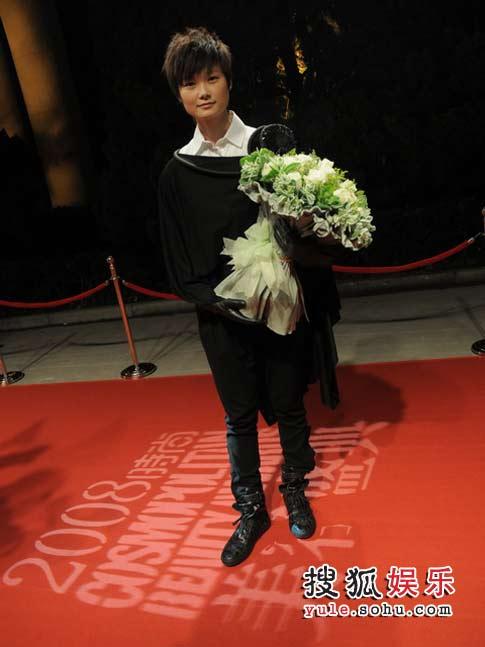 李宇春身着黑色长衣