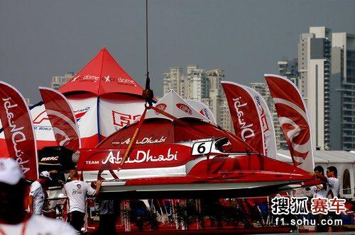 图文:F1摩托艇深圳站 红色的赛艇