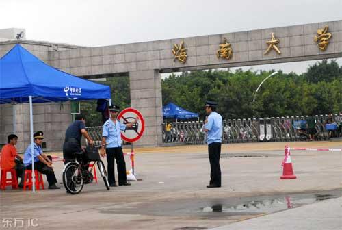 2008年11月4日,海口,海南大学北大门,学校派出所民警在盘问欲进校的一名骑车男子。