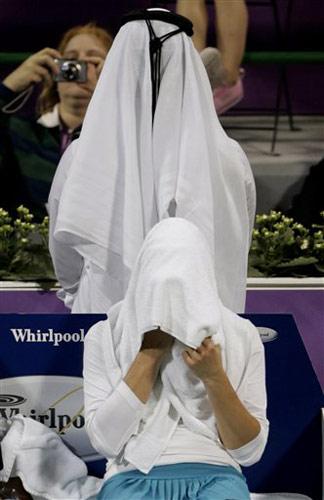 图文:WTA年终总决赛 兹沃娜列娃擦汗休息