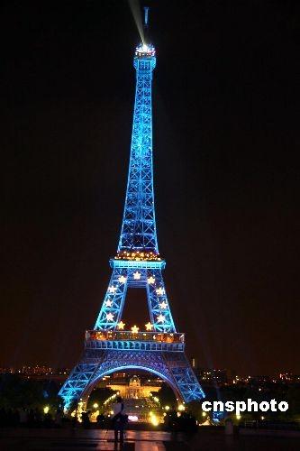 """法国于今年7月1日起担任欧盟轮值主席国。6月30日晚,法国的标志性建筑——巴黎埃菲尔铁塔开始披上了""""欧盟装"""",其蓝底黄星的色彩象征欧盟的旗帜。 中新社发 吴卫中 摄"""