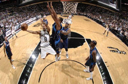 图文:[NBA]马刺81-98小牛 帕克艰难出手