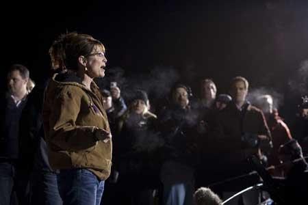 11月4日,阿拉斯加州瓦希拉镇,共和党副总统候选人佩林投下自己的一票后,在投票站外接受媒体采访。