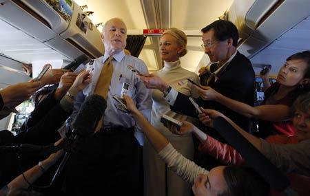11月4日,亚利桑那州凤凰城,共和党总统候选人麦凯恩和妻子辛迪在竞选飞机上感谢媒体记者。