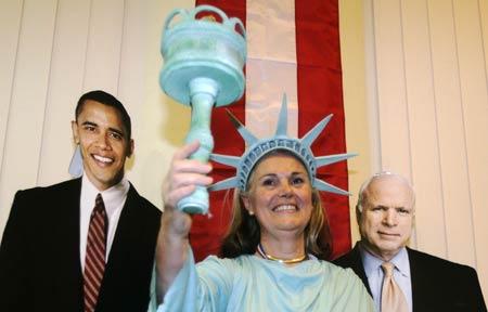 11月4日,美国驻伦敦使馆,一名使馆工作人员装扮成自由女神。