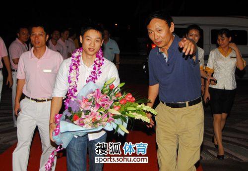 杨威抵达下榻酒店三亚阳光大