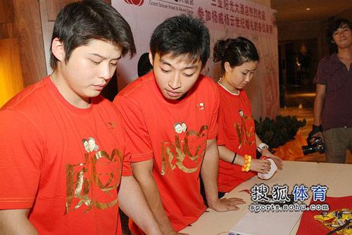 图文:杨威杨云婚礼筹备小组着新装 认真做准备