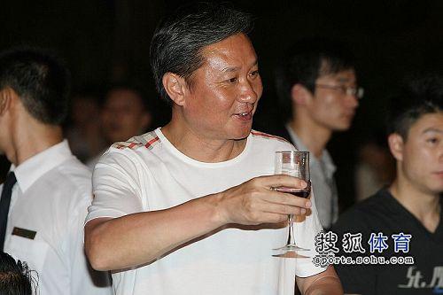 图文:众明星到场祝福杨威杨云 黄玉斌举杯