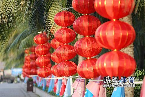 图文:杨威杨云天涯海角婚礼现场 大红灯笼高挂