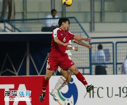 图文:[亚青赛]中国0-0朝鲜 起跳争顶