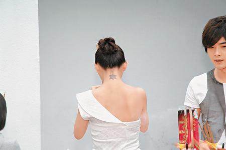 大s不经意露出颈后的纹身.