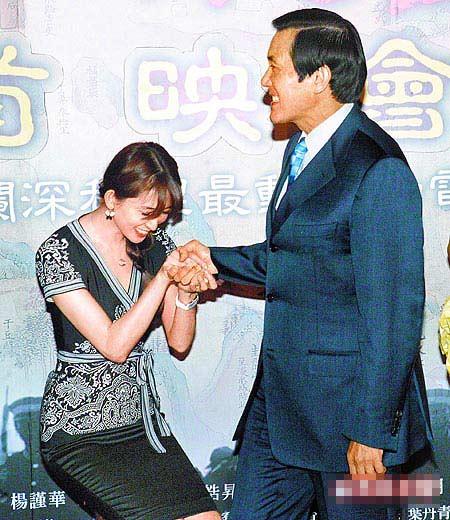马英九(右)昨出席首映,紧握林志玲的玉手,她越蹲越低