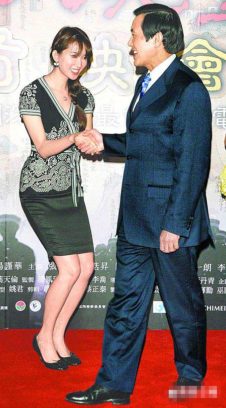 林志玲(左)昨屈膝迎接马英九