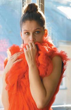 蔡明亮电影《脸》女主角蕾蒂夏卡丝塔,穿上拉夸设计的华丽戏服。