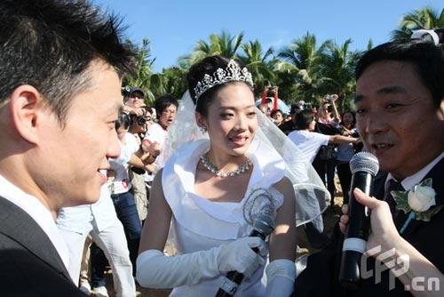 杨云白色婚纱圣洁美丽