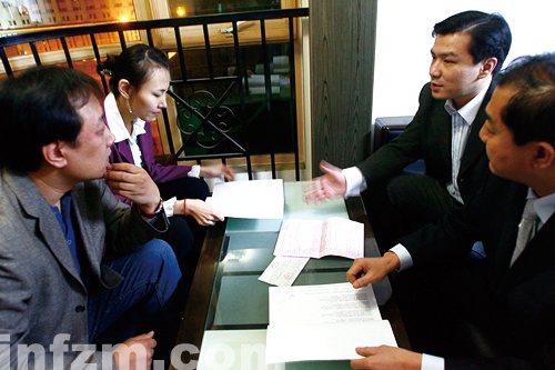 2008年10月26日晚,北京,黄静的4位代理人聚在一起,商讨如何起诉华硕。
