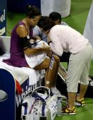 图文:伊万再负惨遭两连败 比赛中接受场边治疗