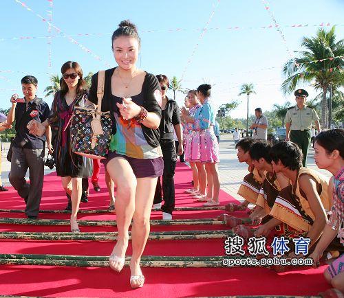 图:杨威杨云浪漫婚礼开场 中国体操女队入场
