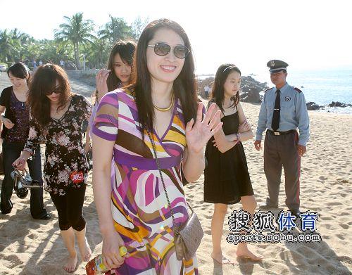 图:杨威杨云浪漫婚礼开场 罗雪娟到场祝福