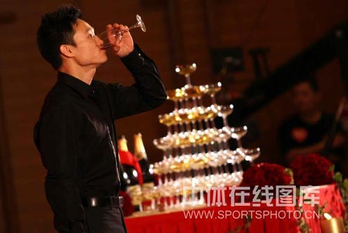 杨威一饮而尽