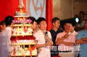 图:杨威杨云婚礼午宴- 李小鹏祝贺新人