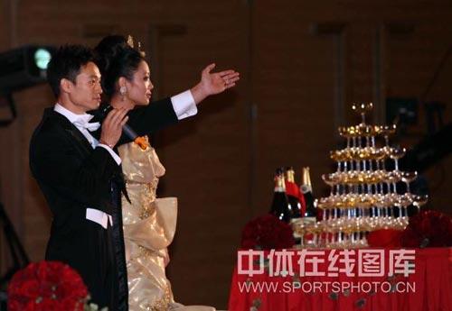 图:杨威杨云婚礼午宴- 杨威杨云在午宴上