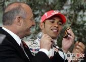 图文:迈凯轮庆祝仪式 丹尼斯展示超跑模型