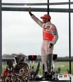 图文:迈凯轮庆祝仪式 汉密尔顿展示奖杯