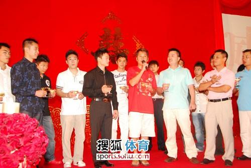 图文:杨威杨云婚礼午宴现场 体操队大联欢