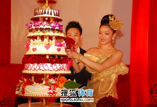图文:杨威杨云婚礼午宴现场 共通切开蛋糕