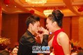 图文:杨威杨云婚礼午宴现场 夫妻交杯酒