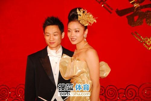 图文:杨威杨云婚礼午宴现场 夫妻恩爱
