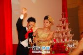 图文:杨威杨云婚礼午宴现场 新人倒香槟
