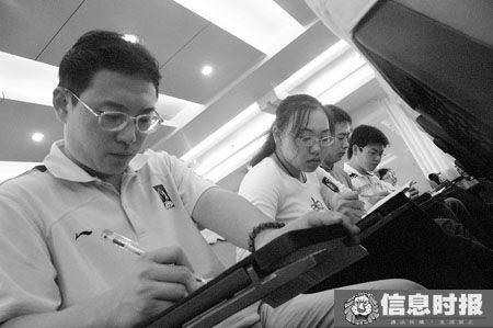 """前天,广东省教育考试院举行新闻发布会,宣布2010年广东高考取消""""X""""科,采用新方案。与会人员忙于记录。信息时报记者 巢晓 实习生 朱德文 摄"""