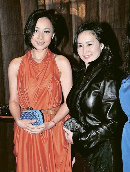 刘嘉玲与何超琼昨晚在展览上碰头。