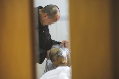 犯人获特批出狱见病危父亲 病房里含泪下跪(图)