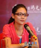 图文:杨威婚后首次举行新闻会 杨云略显疲倦