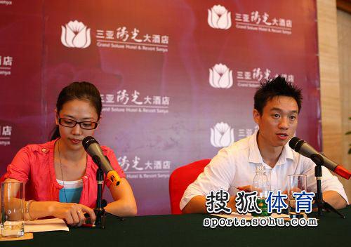 图文:杨威婚后首次举行新闻会 杨威侃侃而谈