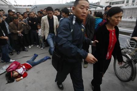女子不肯说事情的原因和经过,民警将其带走。