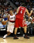 图文:[NBA]火箭VS开拓者 斯科拉欲防守罗伊