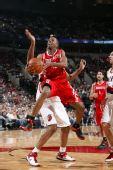 图文:[NBA]火箭VS开拓者 阿尔斯通突入内线上篮