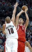 图文:[NBA]火箭VS开拓者 姚明中投出手
